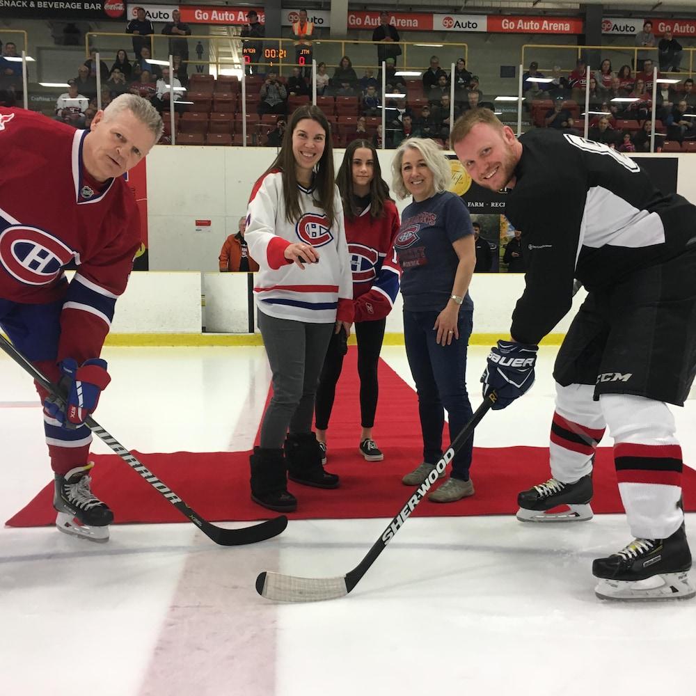 Chris Nilan des Anciens Canadiens et Randy Somers prennent part à la mise en jeu officielle.