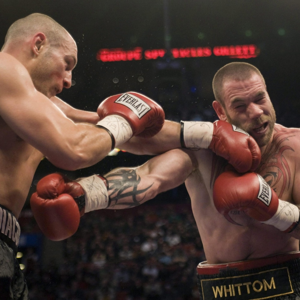 David Whittom (droite) encaisse une gauche d'Adrian Diaconu, le 4 avril 2009, à Montréal.
