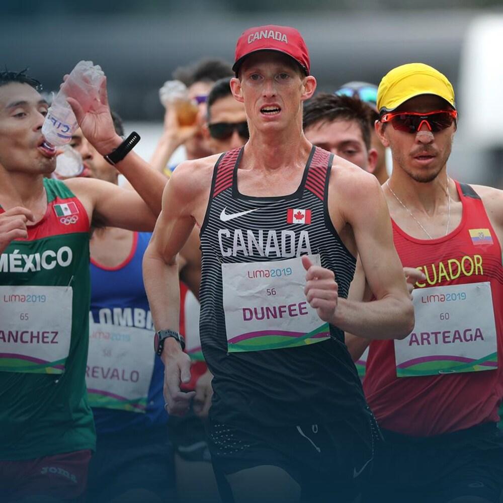 Un homme mène un groupe lors d'une épreuve de marche, en athlétisme.
