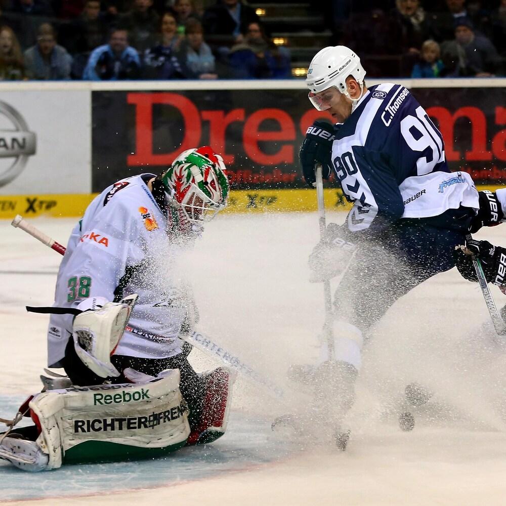 Jeff Drouin-Deslauriers réussit un arrêt face à Jerome Flaake des Freezers de Hamburg.