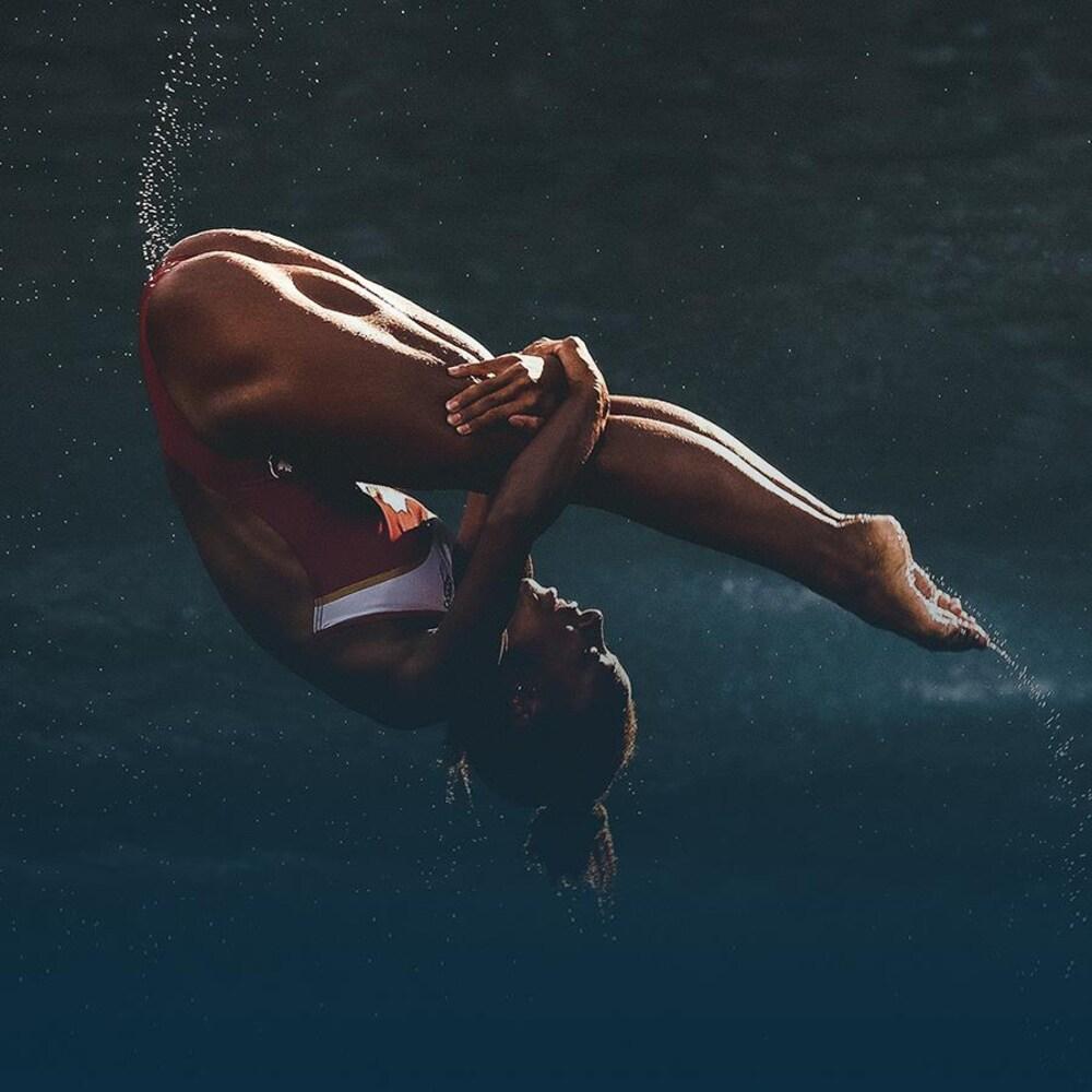 La plongeuse Jennifer Abel effectue une rotation pendant un plongeon.