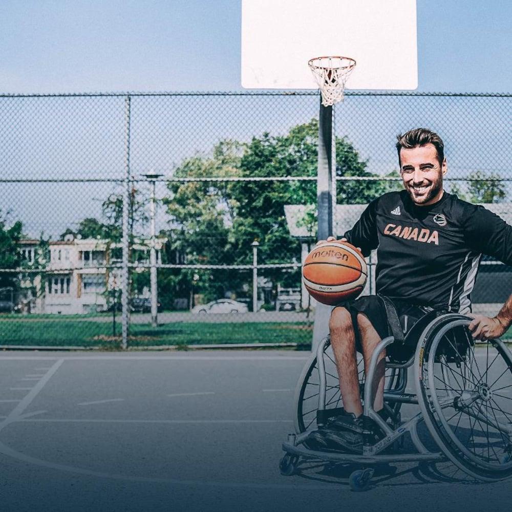 Jonathan Vermette tient un ballon de basketball et sourit.