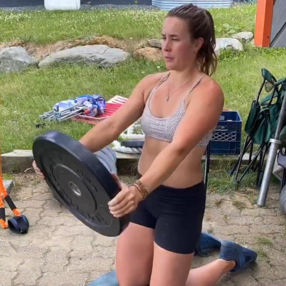 Marie-Michèle Gagnon soulève des poids d'haltères.