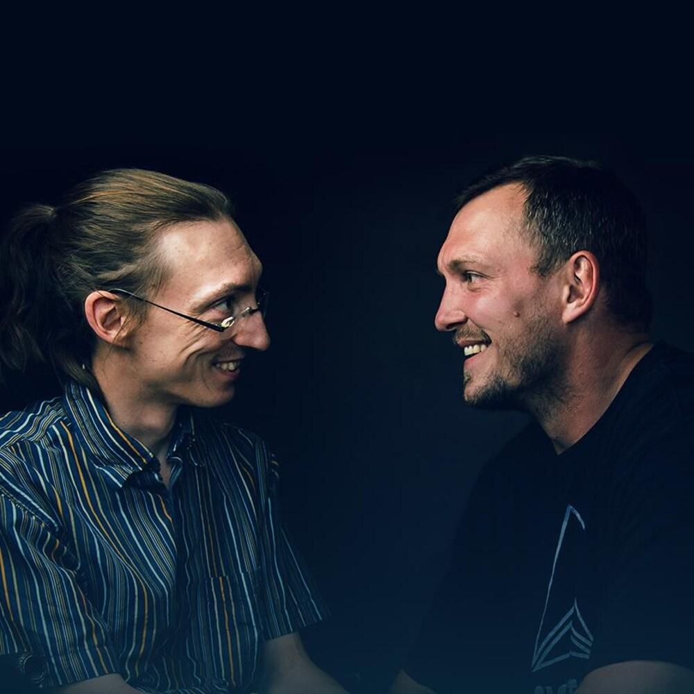 Les frères Mathieu et Martin Bédard se regardent en souriant.