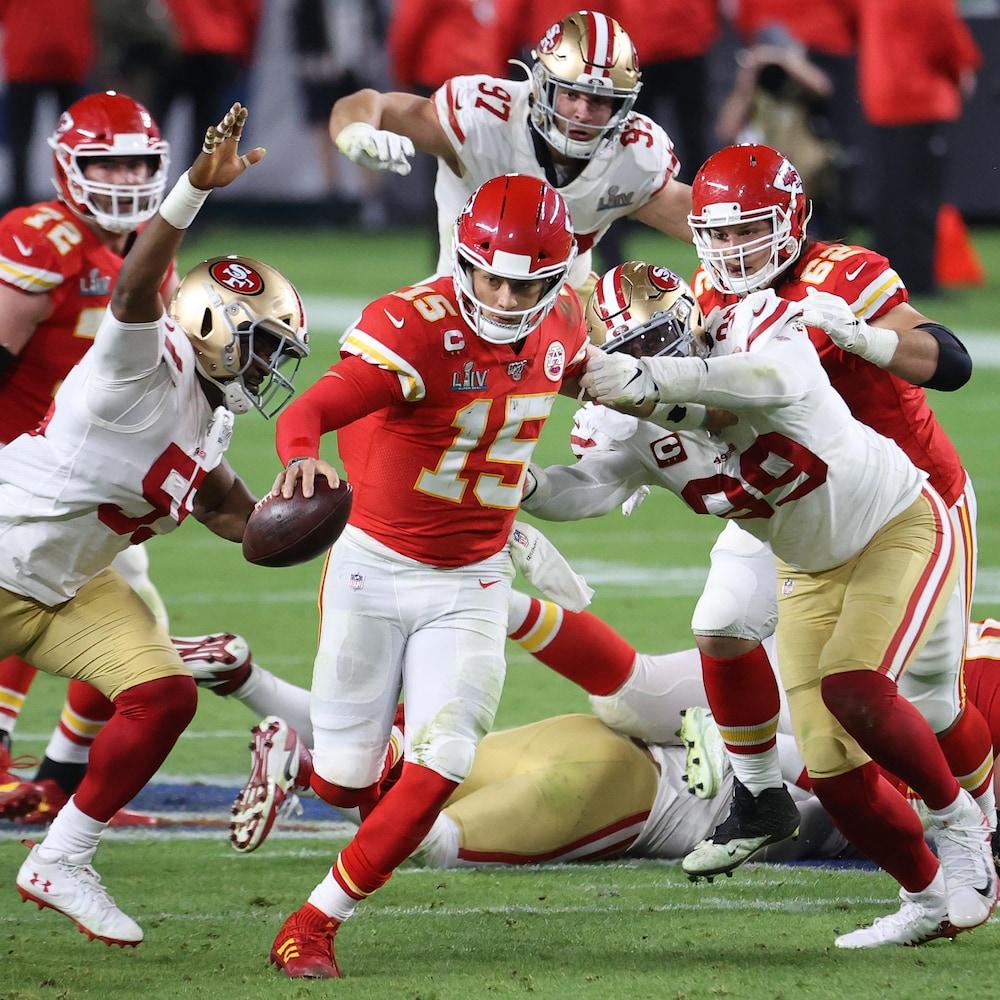 Le quart des Chiefs Patrick Mahomes est pressé par la défense des 49ers lors du Super Bowl LIV.