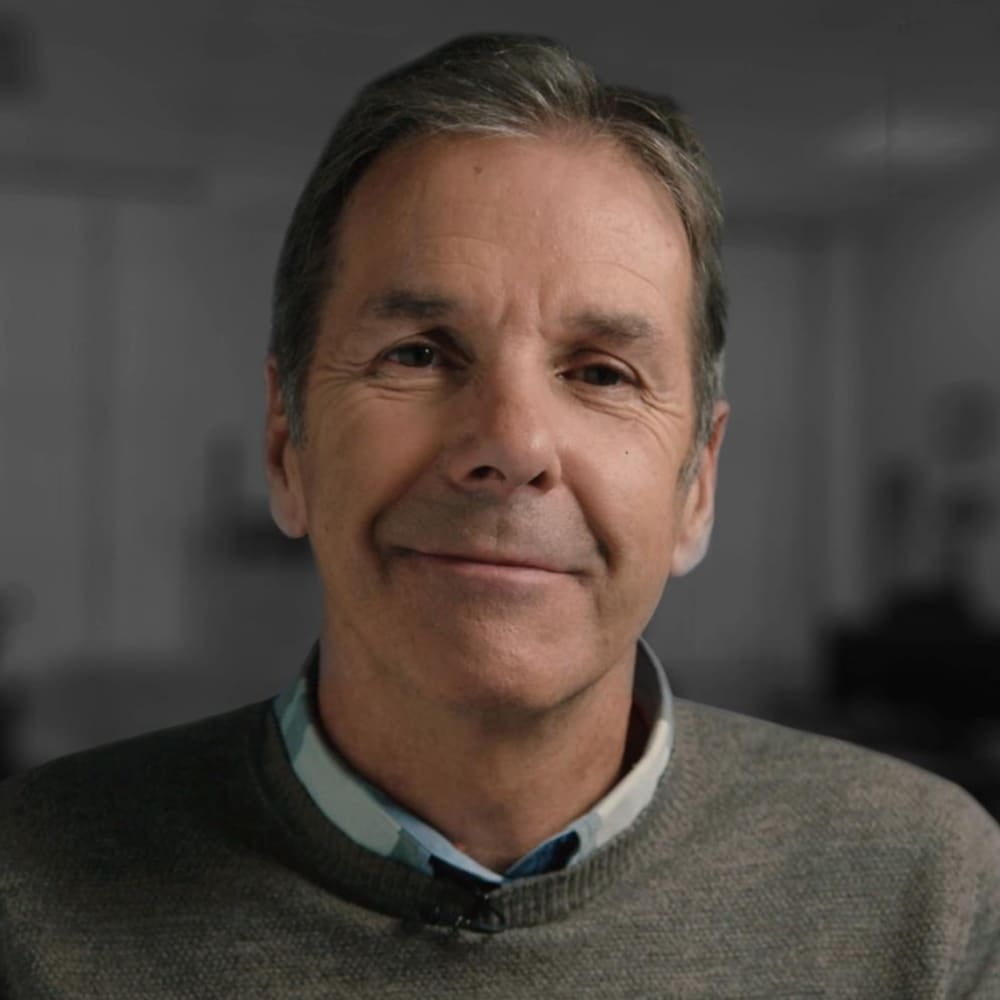 Portrait de Pierre Harvey qui sourit à la caméra.