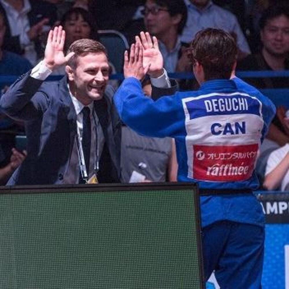 Sasha Mehmedovic félicite Christa Deguchi après son titre mondial à Tokyo.