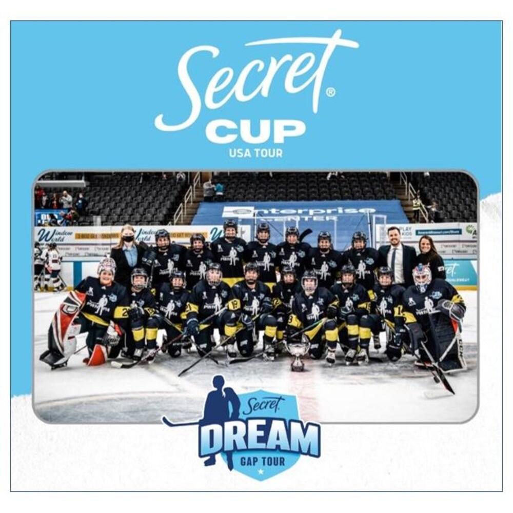 Une équipe de hockey féminin prend la pose sur une affiche de la Secret Cup (version américaine) organisée par la PWHPA