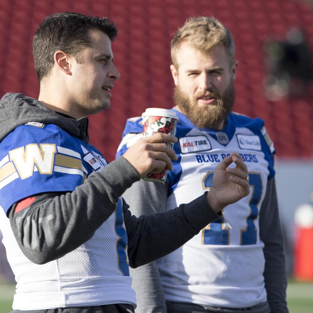Collaros et Streveler sont en discussion lors d'un entraînement des Blue Bombers.