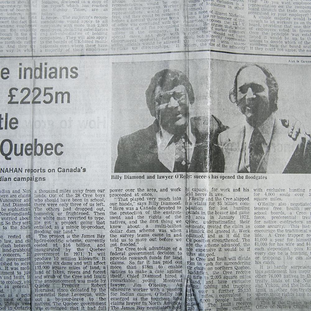Des photos et pages de journaux d'archives conservées par James A. O'Reilly, retraçant son travail pour faire avancer les droits territoriaux des peuples autochtones au Québec.