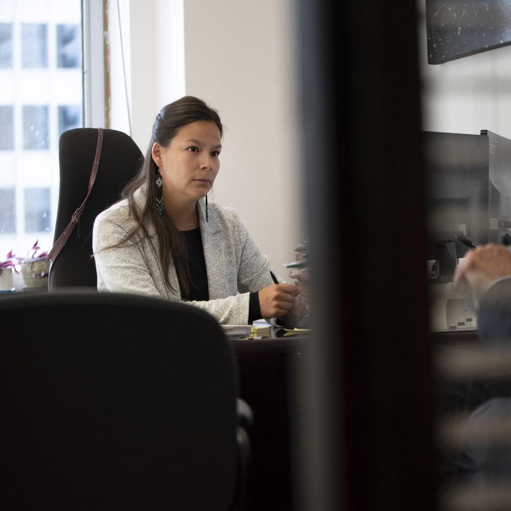 L'avocate innue Marie-Claude André-Grégoire  et l'avocat James A. O'Reilly, dans leurs bureaux à Montréal.