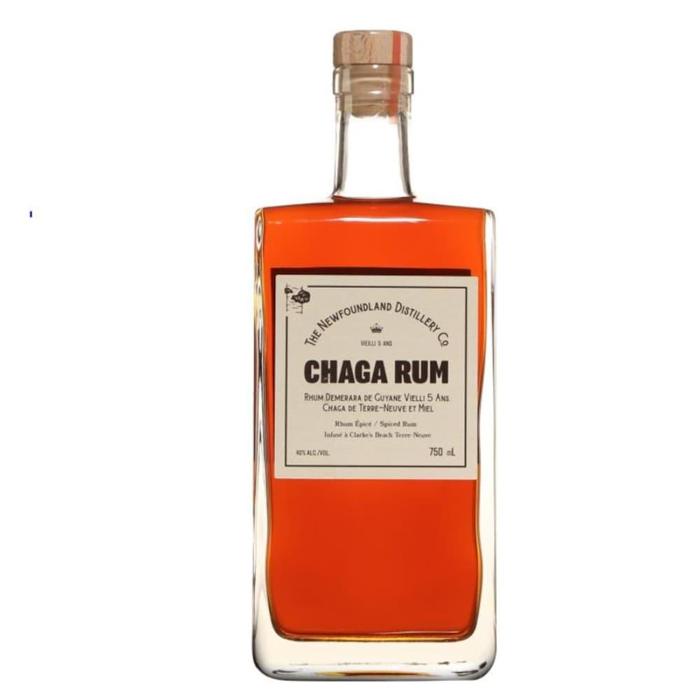 Une bouteille rectangulaire au liquide orange.