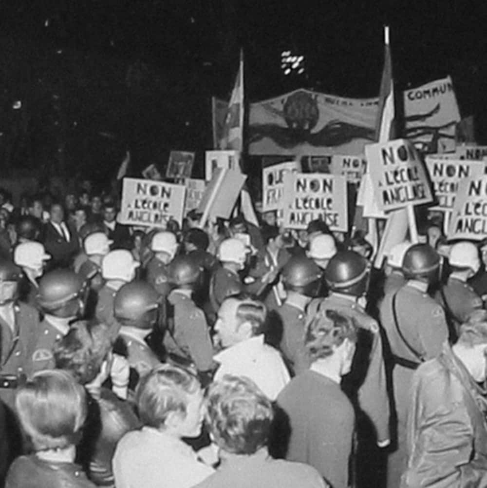 Foules entremêlées de manifestants et de policiers lors de l'émeute du 10 septembre 1969 à Saint-Léonard.