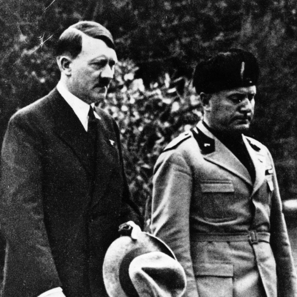 Adolf Hitler et Benito Mussolini marchent ensemble à Venise en 1934.