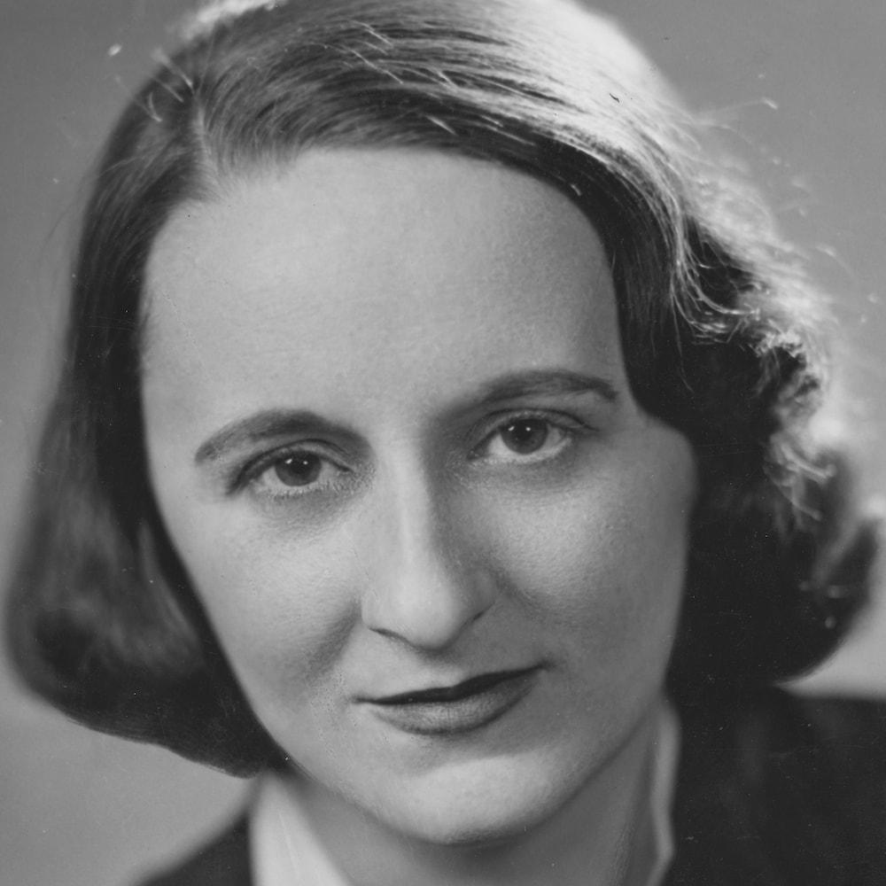 Françoise Loranger regardant la caméra en 1940.
