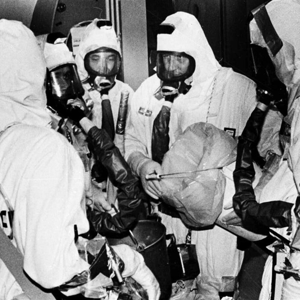 Photo en noir et blanc montrant des techniciens en combinaisons de sécurité à la centrale de Three Mile Island, le 1er octobre 1980.