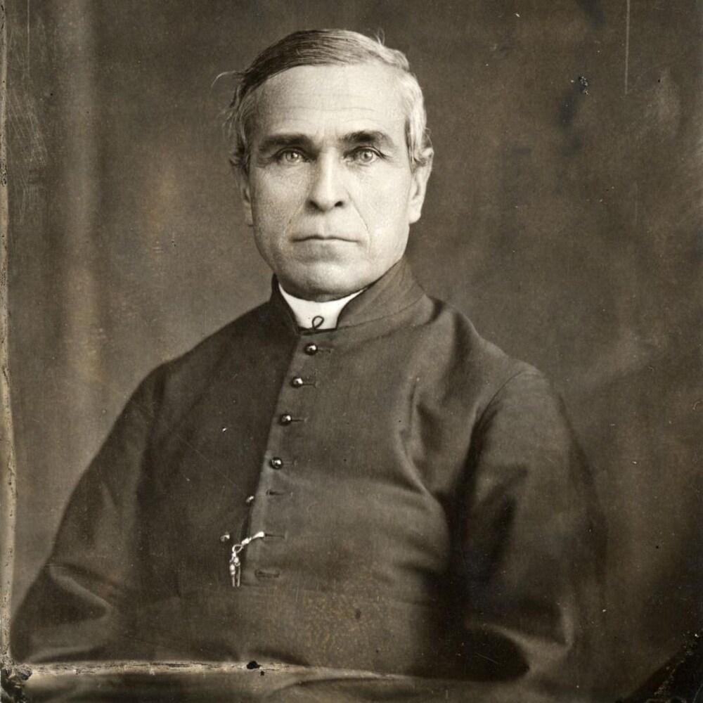 L'homme religieux pose assis, en studio.
