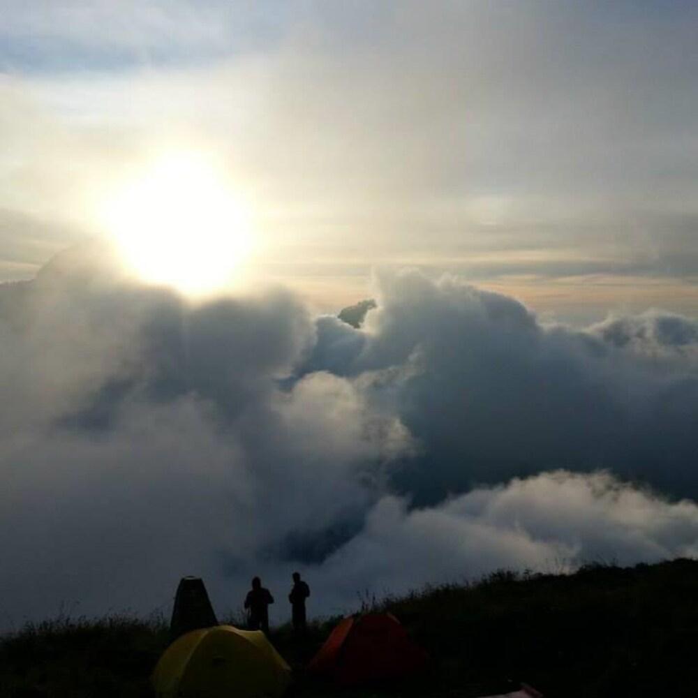 Deux tentes sont installées devant le coucher du soleil sur le mont Rinjani.