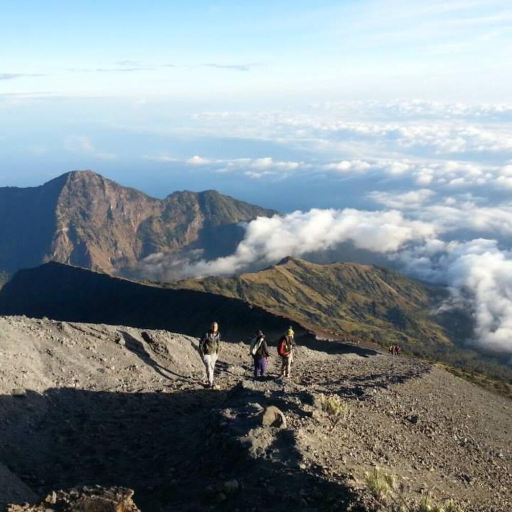 Au sommet du mont Rinjani parmi les nuages.