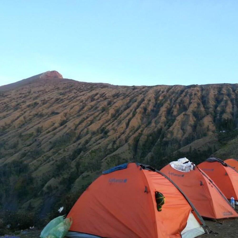 Des tentes sont érigées sur le mont Rinjani, à quelques heures du sommet.