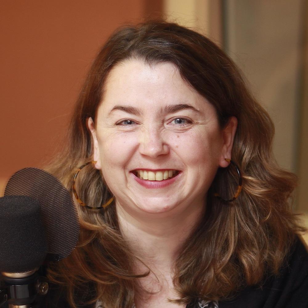 Isabelle Porter souriante au micro du studio 18 de Radio-Canada