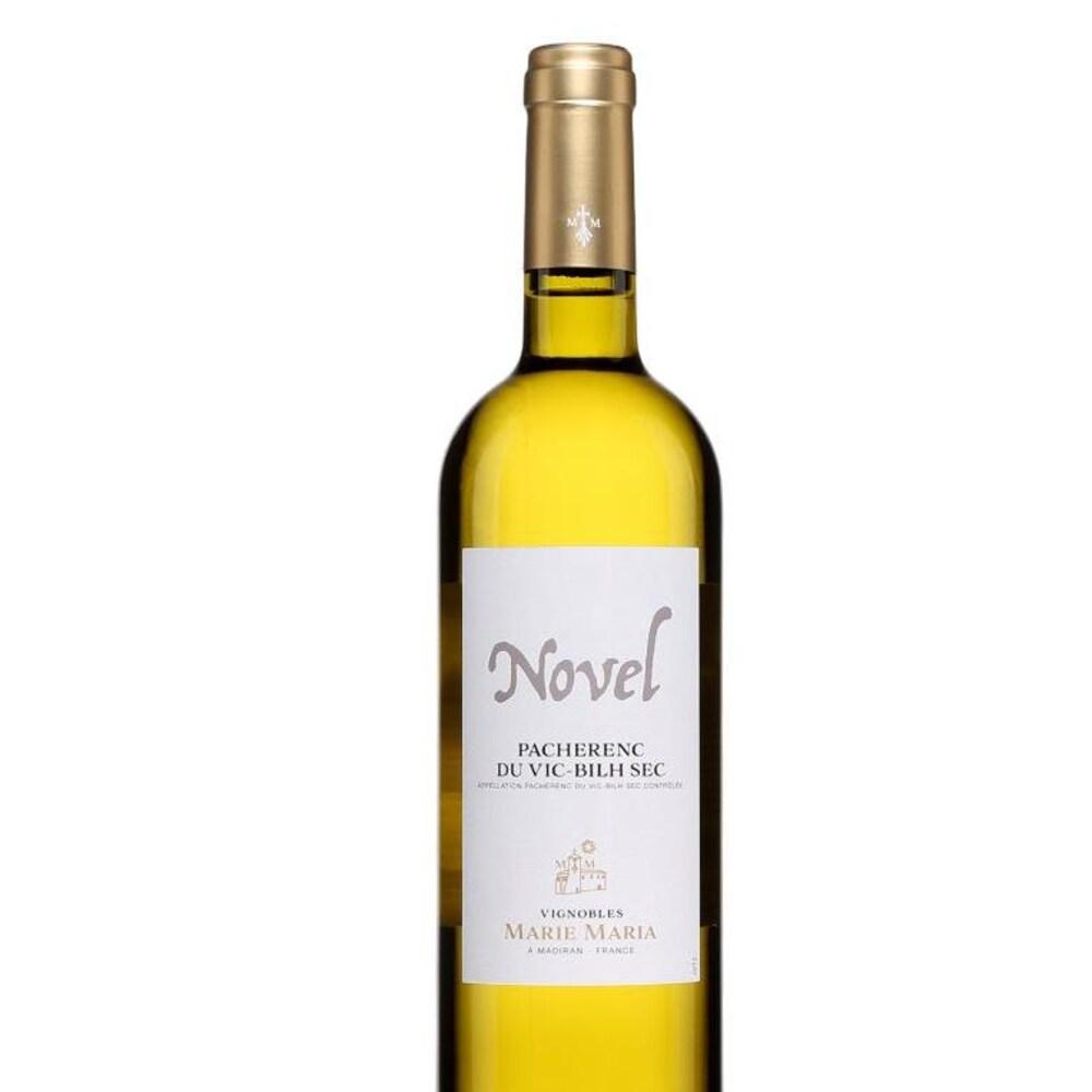 Bouteille de vin blanc avec une étiquette blanche où est écrit Novel.