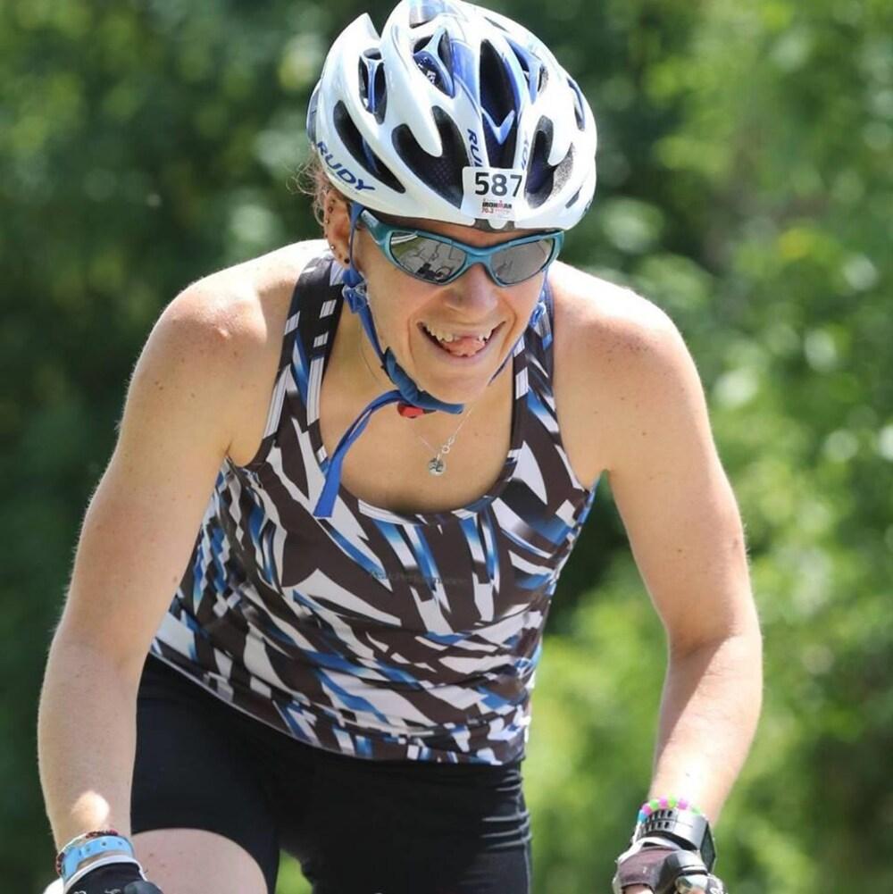 Anne-Josée Orichefsky fait du vélo