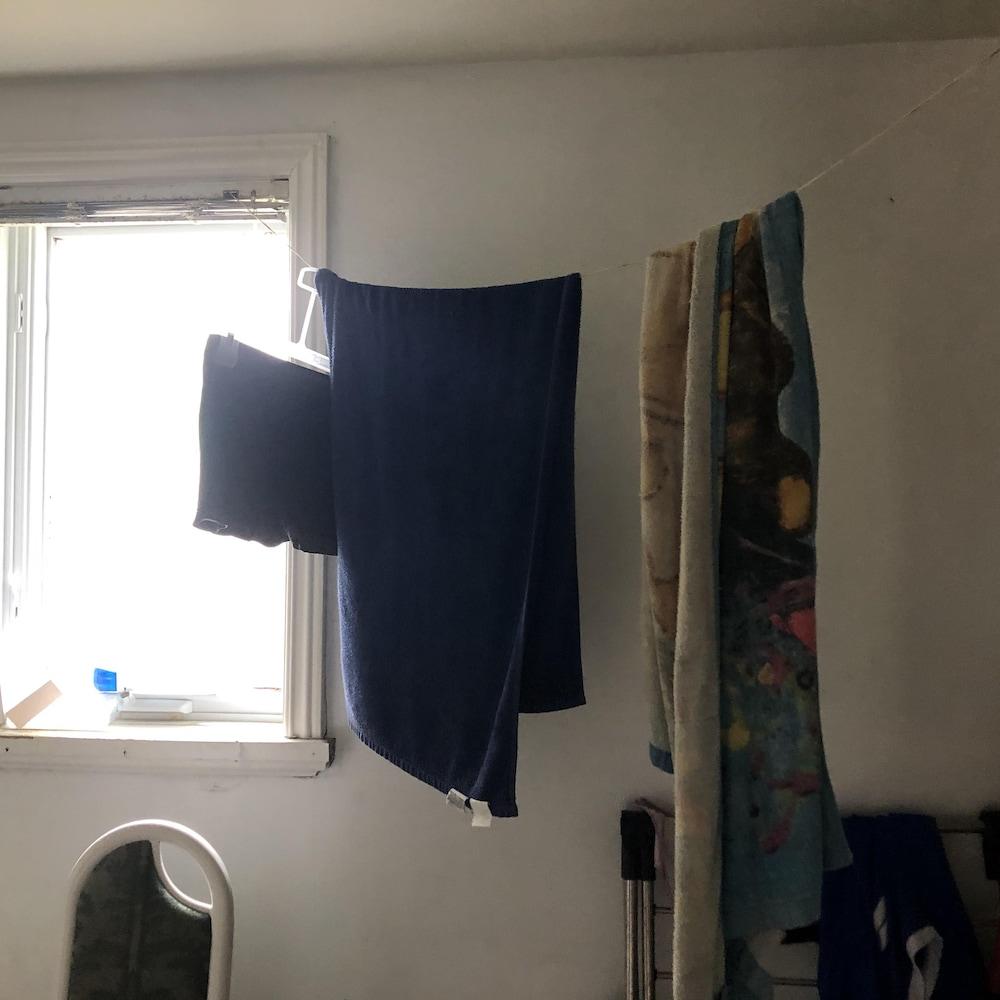 Des serviettes accrochés sur le fil d'un store