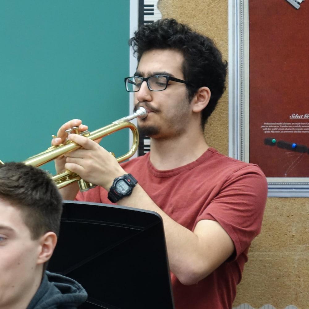Un homme qui joue de la trompette.