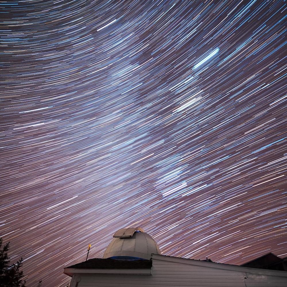 Un observatoire et un ciel étoilé.