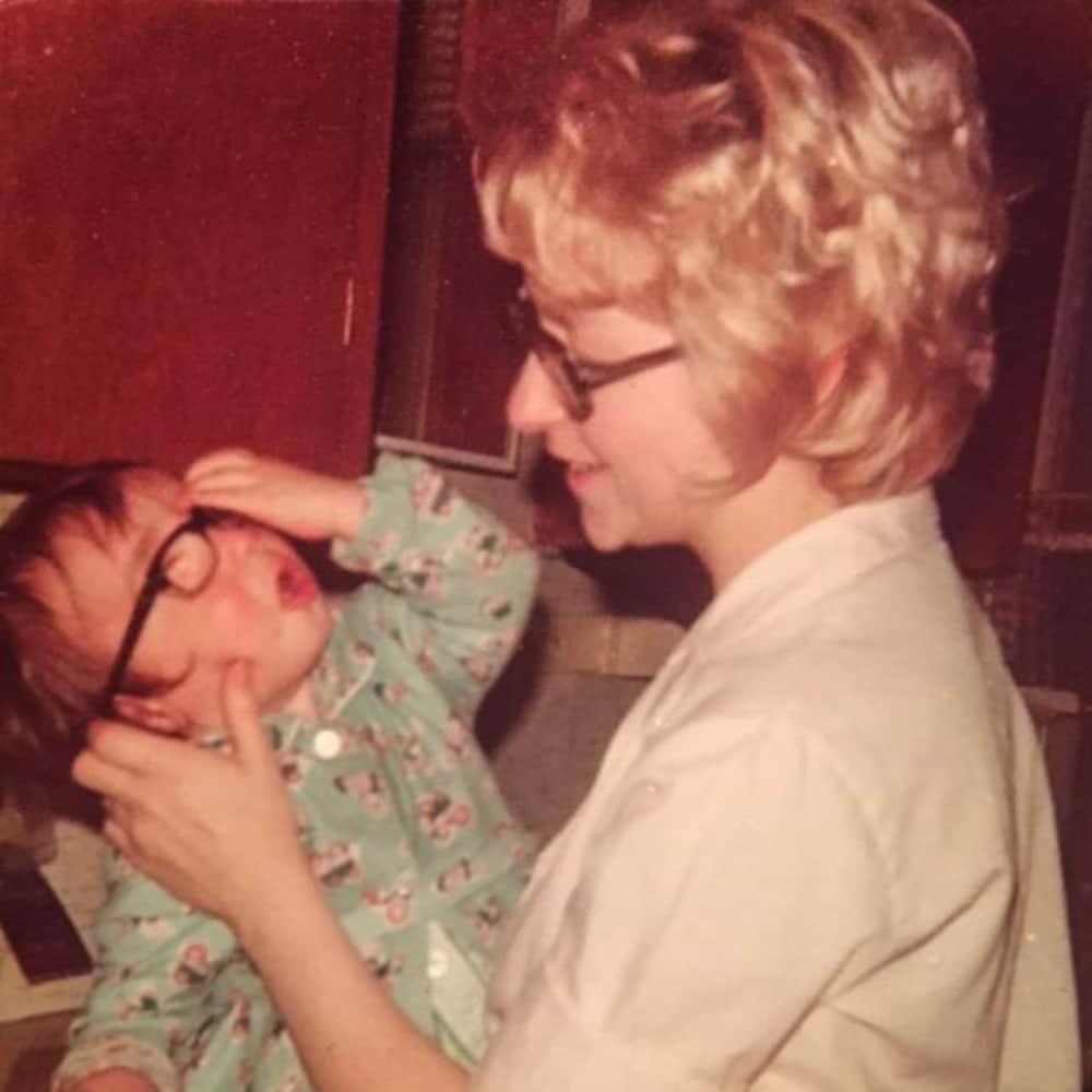 Une mère regarde son bébé.