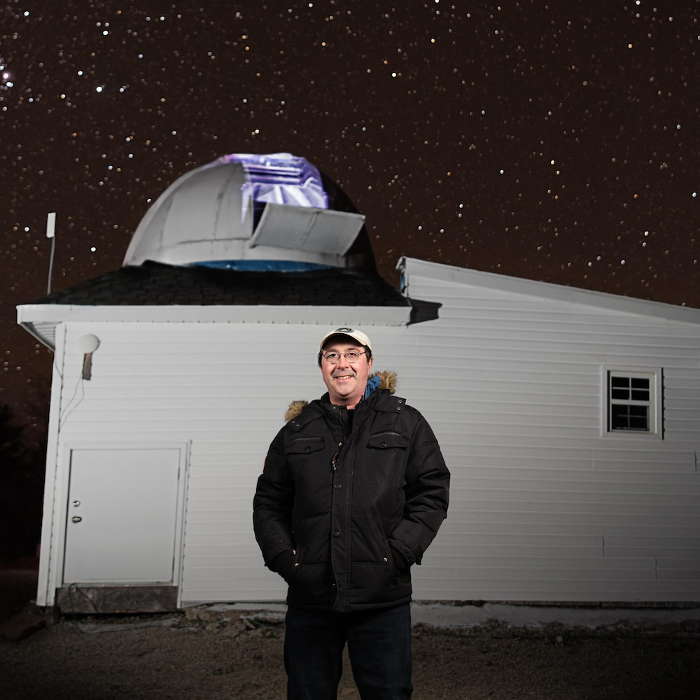 Tim Doucette devant son observatoire la nuit.