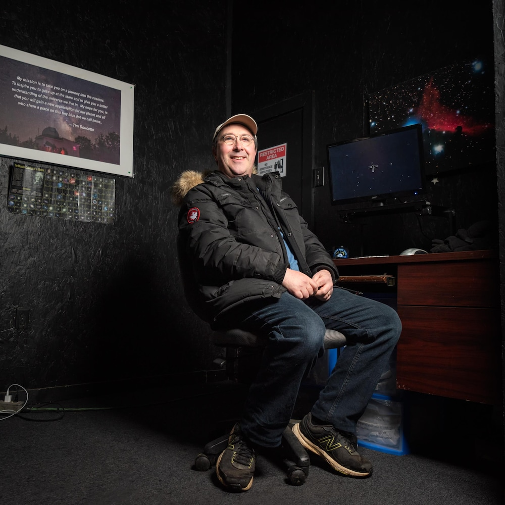 Tim Doucette assis dans son observatoire.