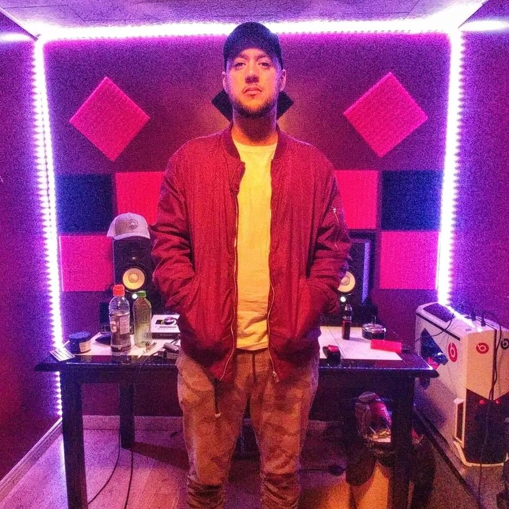Un homme debout dans un studio d'enregistrement de musique.