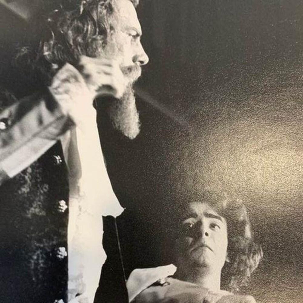 Guy Mignault et Carl Béchard en prestation dans une pièce de théâtre.