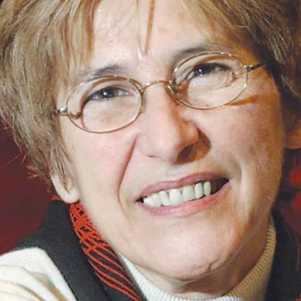 Hélène Beauchamp, souriante.