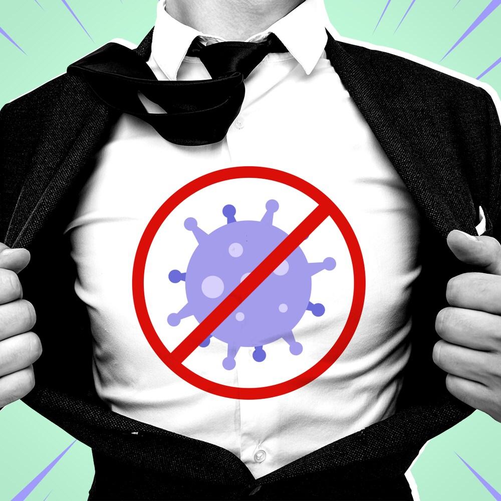 Un homme qui ouvre son veston pour révéler un symbole contre les virus.