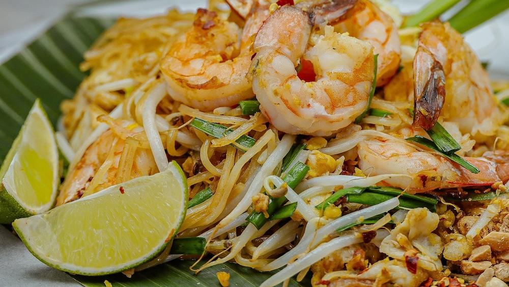 Le plat de pad thaï est disposé dans une assiette.