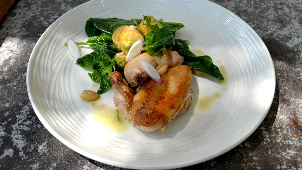 Demi-poulet de Cornouailles rôtie, salade de pommes de terre confites et épinards.