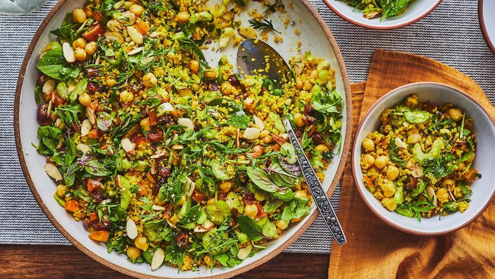 Grand plat de service avec du couscous.