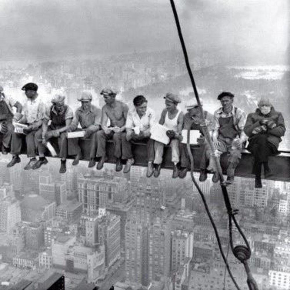 Montage visuel de Bernie Sanders dans la photo « Lunch atop a Skyscraper  ».