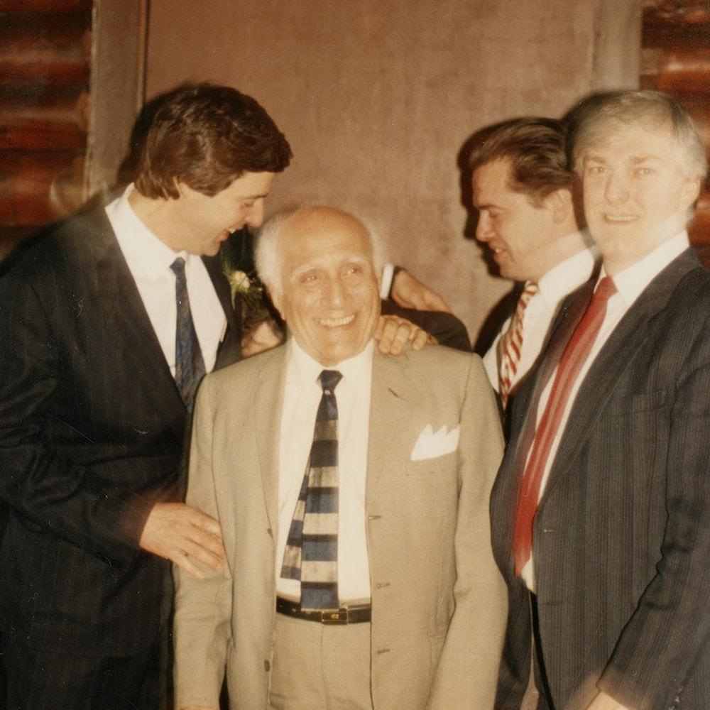 Charles Tisseyre et quelques amis entourent joyeusement Marcel Alexandre lors du mariage de Charles.