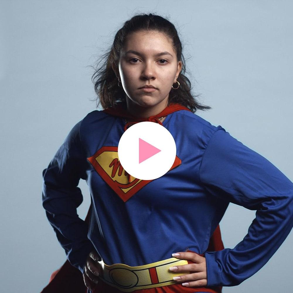 Dounia Ouirzane, habillée en superhéroïne.