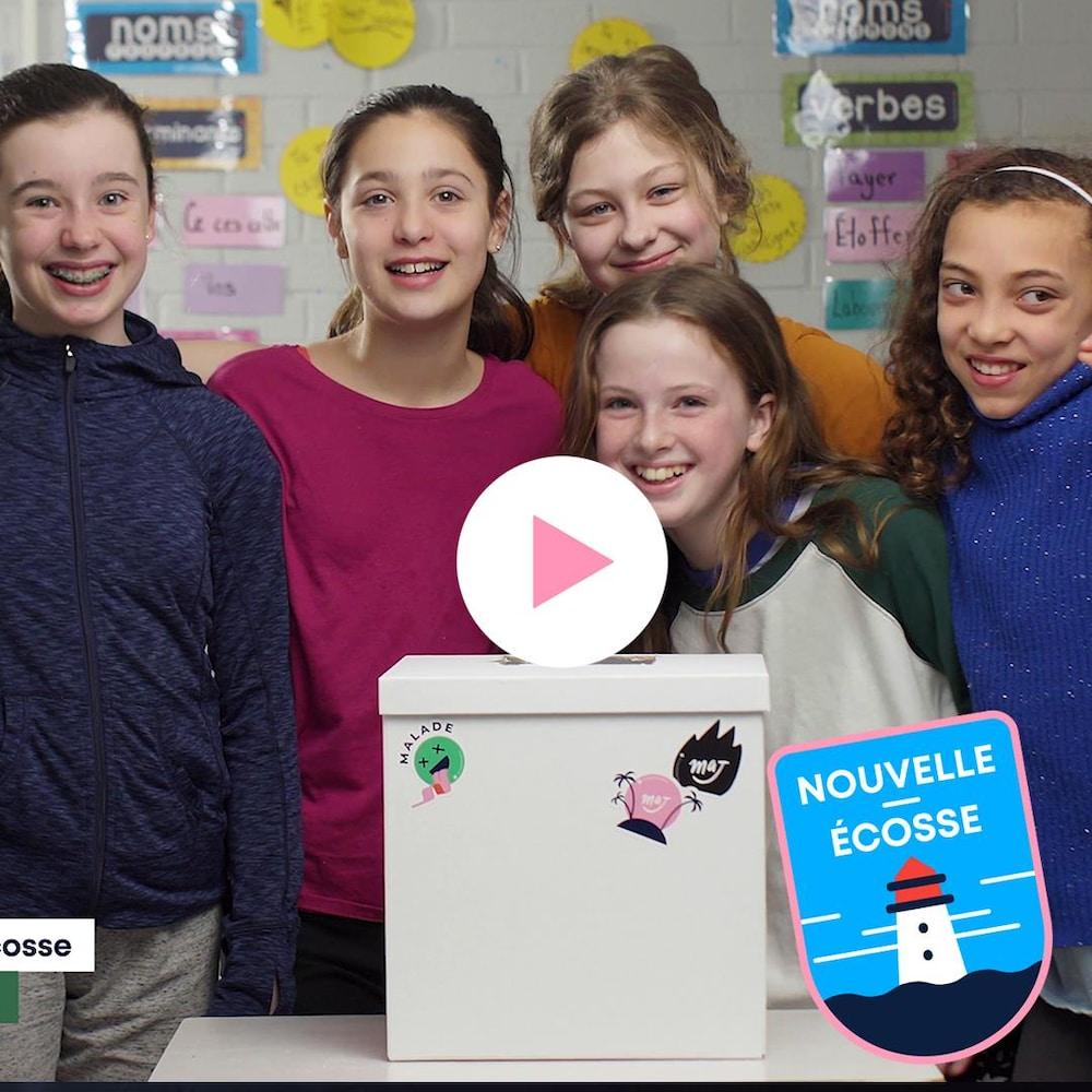 Zya, Céleste, Érica, Gaëlle, Adelaide et Sophie font la pose dans leur classe aux côtés de la boîte MAJ.