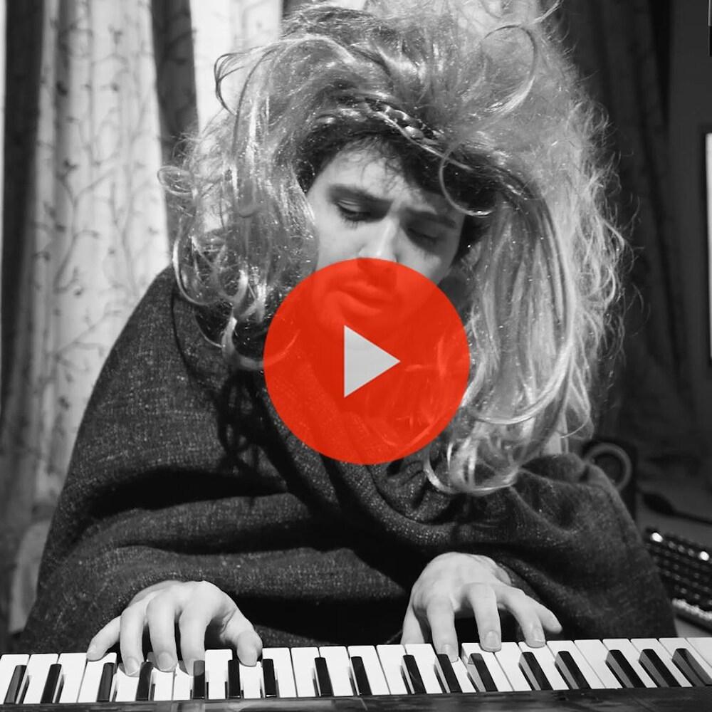 Miniature de la vidéo. Thomas, déguisé en Lady Gaga, joue du piano.