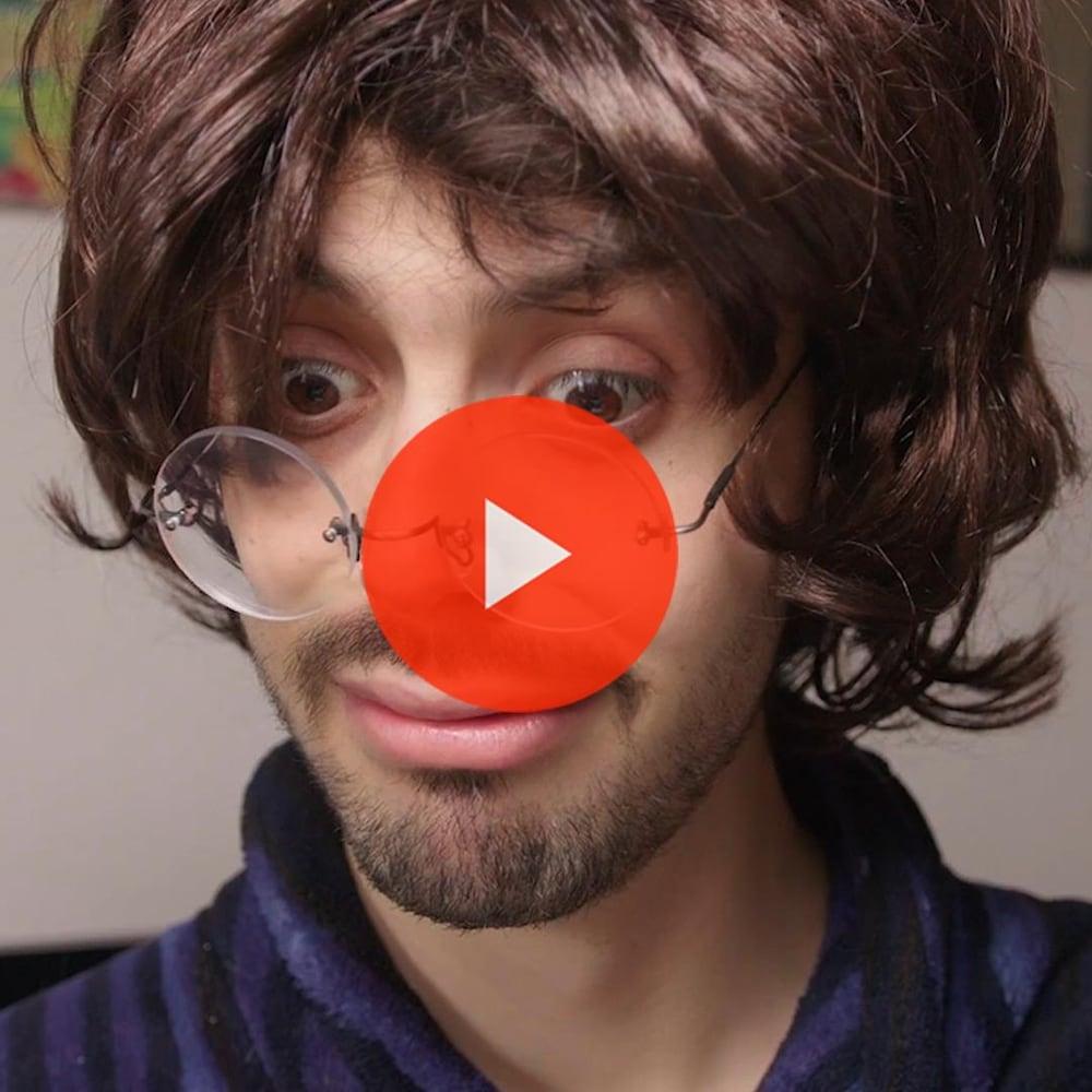 Miniature de la vidéo. Thomas est sur Facetime avec Grand-papa Aurélien (Thomas avec lunettes et perruque).