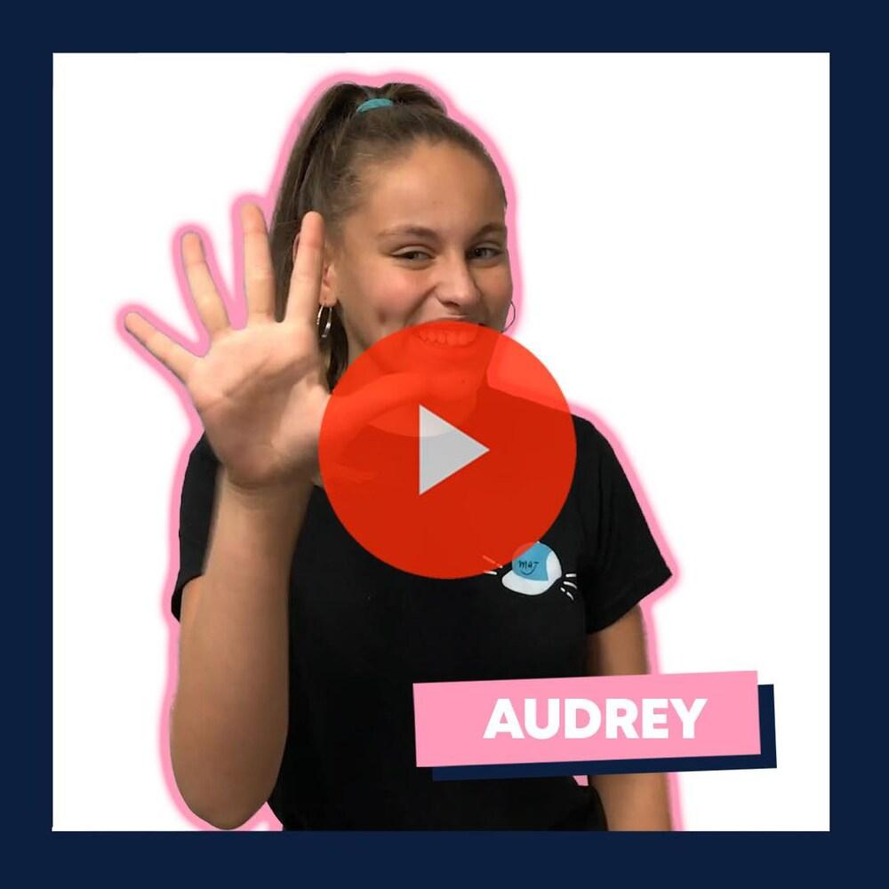 Titre : « Top 5 Musical, avec Audrey ». Audrey, souriante et face à la caméra, montre les 5 doigts de la main.