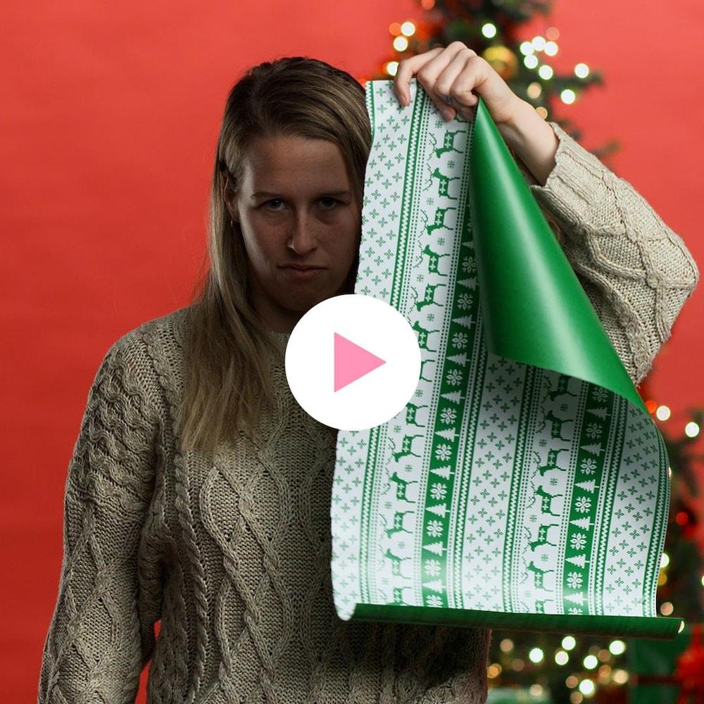 Marianne St-Gelais prend la pose dans un décor de Noël signé MAJ.
