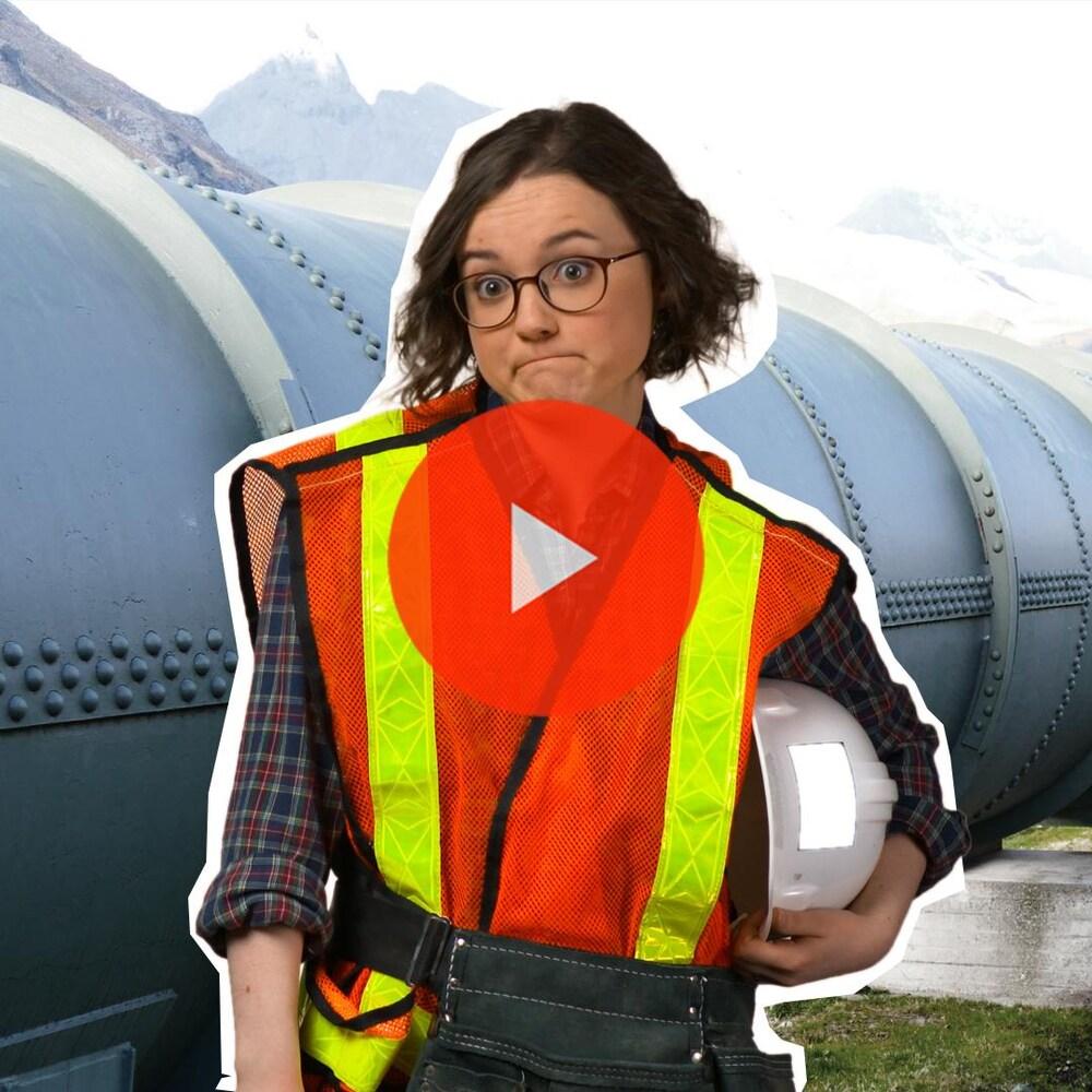 Miniature de la vidéo. Romane Denis, vêtue en travailleuse de construction, se situe à proximité d'un pipeline.