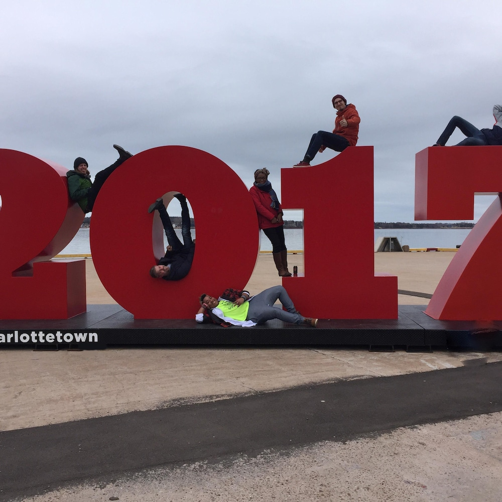 Les artistes qui ont participé à l'émission de Charlottetown se prennent en photo devant le port de mer.